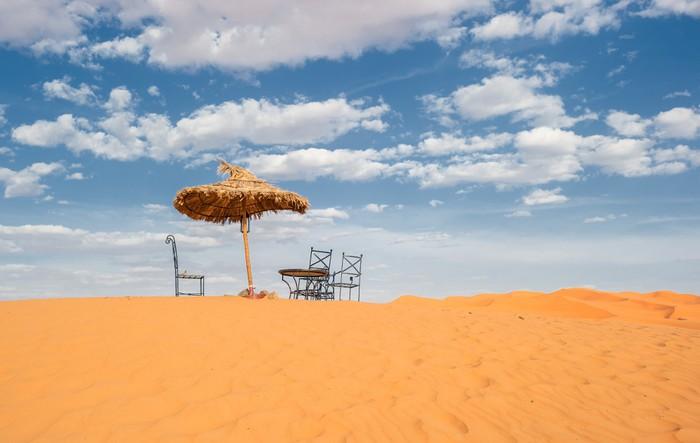 Vinylová Tapeta Sluneční deštník a židle v poušti - Pouště