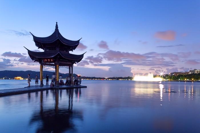 Vinylová fototapeta Pavilon za soumraku ve West Lake, Hangzhou, Čína - Vinylová fototapeta