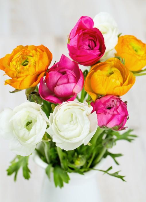 Vinylová Tapeta Kytice z bílých, růžových a oranžových blatouchy na dřevěném stole - Květiny