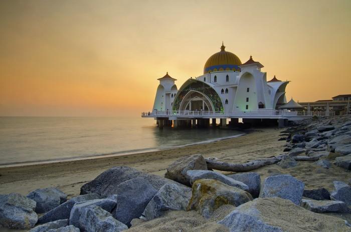 Vinylová Tapeta Majestátní plovoucí mešita v Malacca průlivy při západu slunce - Náboženství