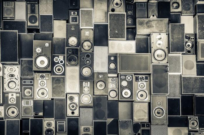 Fotobehang muziek speakers aan de muur in zwart wit vintage stijl