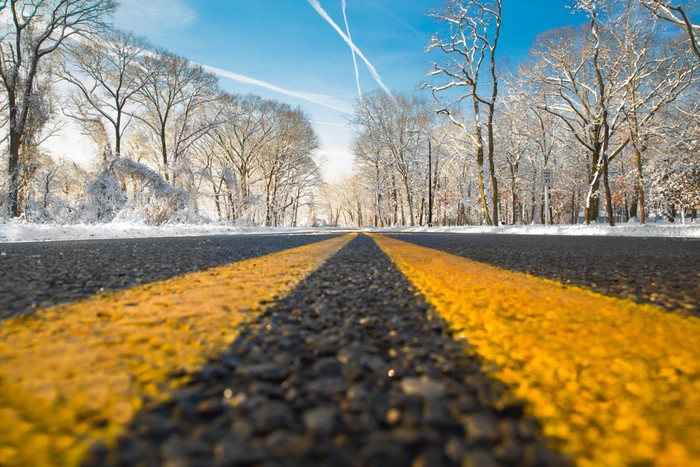 Vinylová fototapeta Žlutá dělicí čára na silnici na zimní den - Vinylová fototapeta
