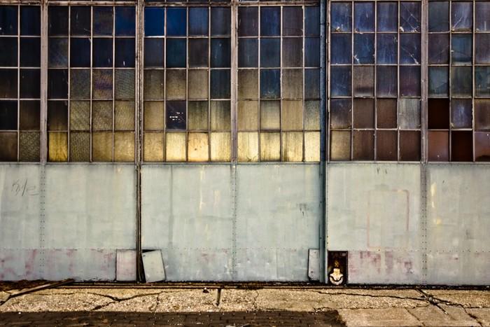 Vinylová Tapeta Průmyslová garážová vrata s okny - Industriální a obchodní budovy