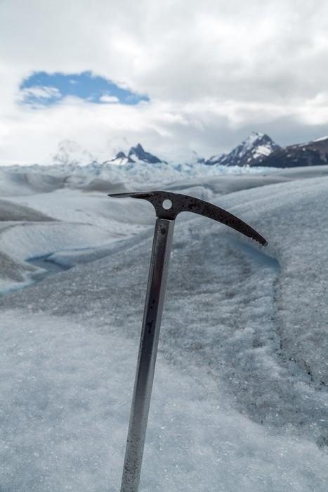 Vinylová Tapeta Cepín pevně ve sněhu s ledovci krajiny pozadí - Zimní sporty