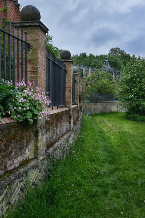 Vinylová Tapeta Cihla s kovovou mřížkou plot a trávu - Soukromé budovy