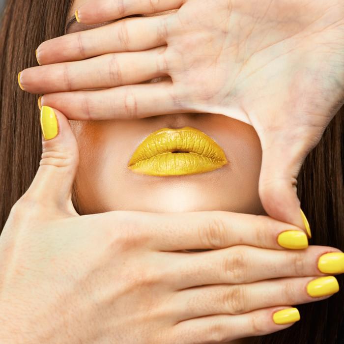 Vinilo Pixerstick Cara de la mujer. Uñas amarillas. Labios azules ...