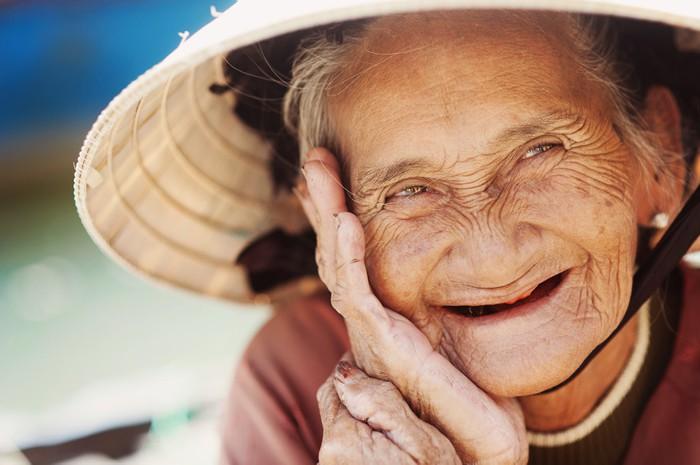 Fototapet av Vinyl Gamla och vackra leende äldre kvinna. - Seniorer