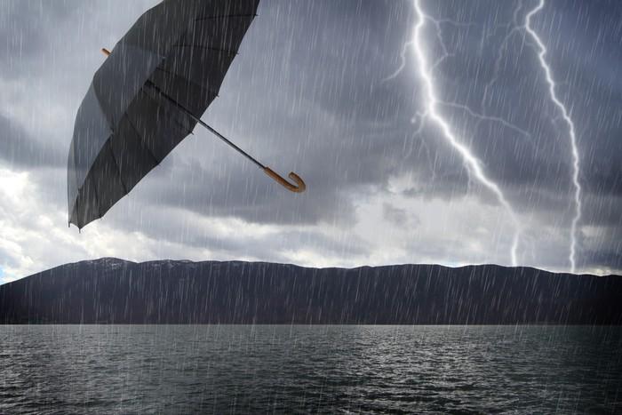 Vinylová Tapeta Zaplavené bouřlivé krajiny a létající deštník ve vzduchu - Ekologie
