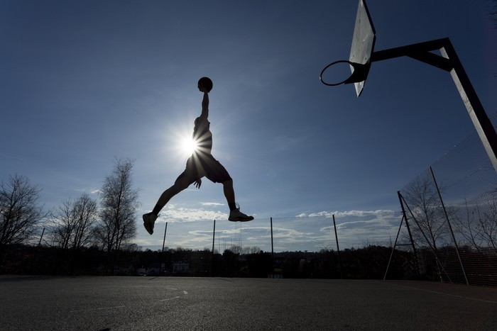Vinylová Tapeta Basketbalový hráč silueta ve vzduchu asi slam dunk - Basketbal