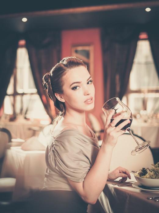 Vinylová fototapeta Mladá žena se sklenkou červeného vína v restauraci - Vinylová fototapeta