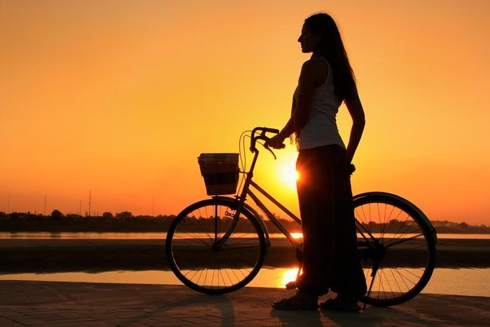 Vinylová Tapeta Siluety žena s kole na Mekong řeky nábřeží u slunce - Asie