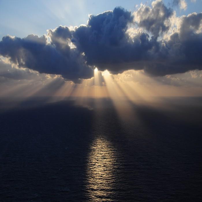 Vinylová Tapeta Mraky a paprsky slunce nad mořem. - Témata