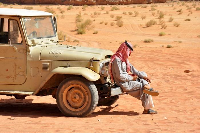 Vinylová Tapeta Nastavení Bedouin v džípu, pouštní safari v Wadi Rum, Jordánsko - Střední Východ