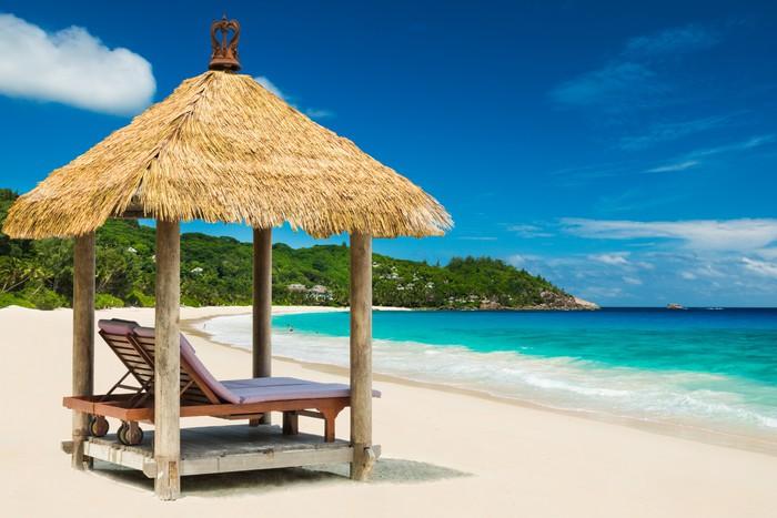 Strandliege mit dach  Fototapete Strandliegen mit Dach und das türkisfarbene Meer • Pixers ...
