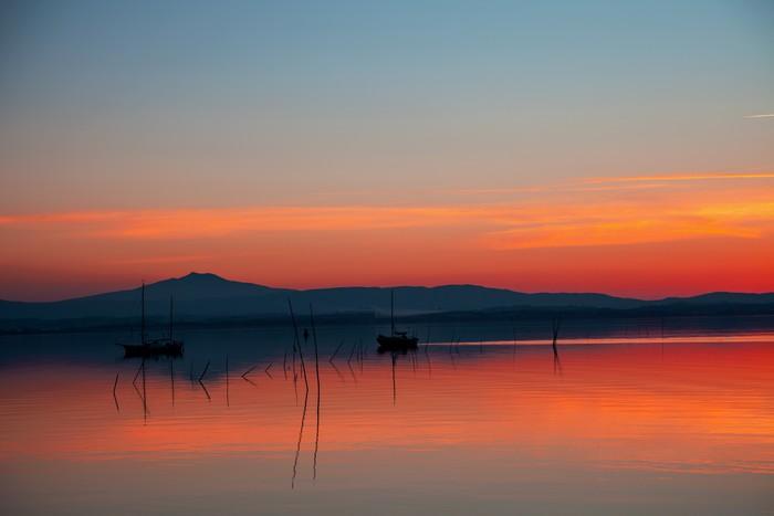 Vinylová Tapeta Barche sul Lago al tramonto - Prázdniny