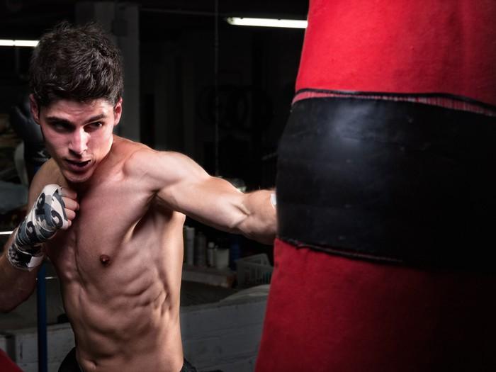 Vinylová Tapeta Mladá Kavkazský Boxer trénink s boxovací pytel - Témata