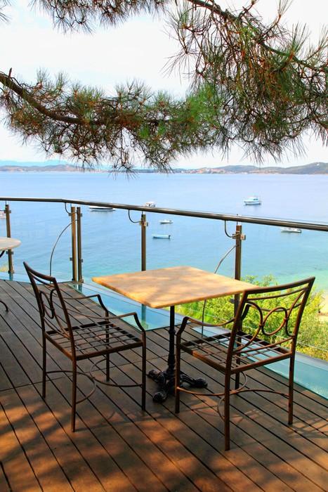 fototapete tisch und st hle auf eisen terrasse mit meerblick griechenland pixers wir. Black Bedroom Furniture Sets. Home Design Ideas