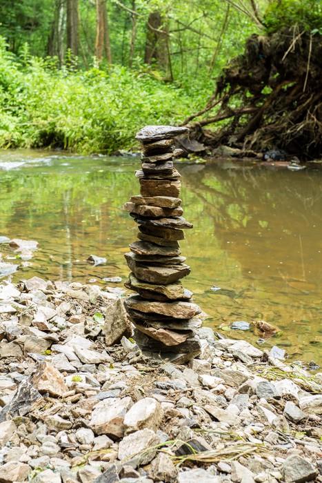 Vinylová Tapeta Kameny pyramida poblíž říčky - Roční období