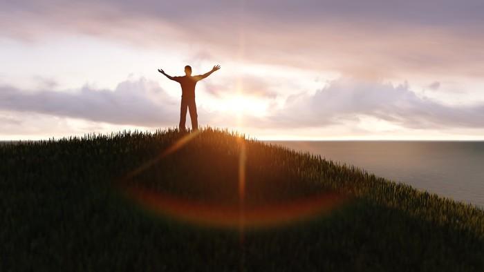 Vinylová Tapeta Muž stojící na vrcholu hory - Outdoorové sporty