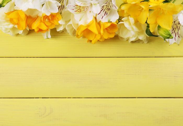 Vinylová Tapeta Krásné frézie a Alstroemeria květiny, na dřevěný stůl - Květiny
