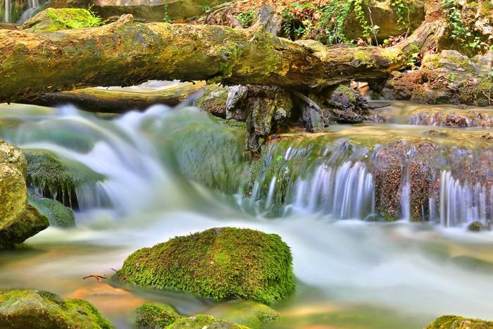 Vinylová Tapeta Malý vodopád na horské řeky - Voda