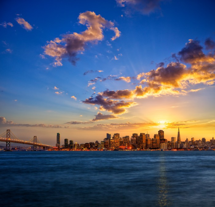 fototapete san francisco skyline bei sonnenuntergang kalifornien usa pixers wir leben um. Black Bedroom Furniture Sets. Home Design Ideas
