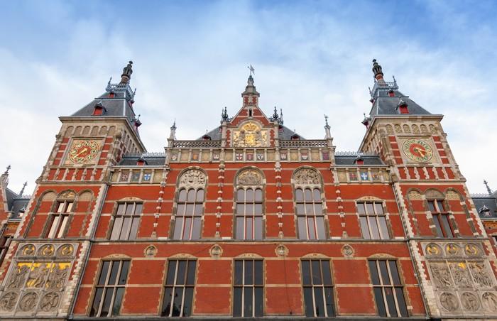 Papier Peint Vinyle Façade d'Amsterdam Centraal vieux bâtiment. Stat de chemin de fer central - Villes européennes