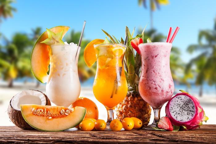 Aufkleber Sommer Getränke mit Unschärfe Strand auf Hintergrund ...
