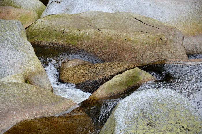 Vinylová Tapeta Peřeje mezi žulovými kameny - Voda