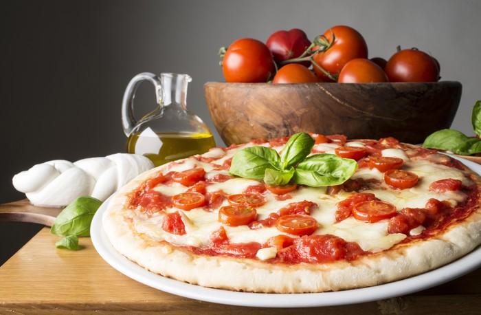 Vinylová Tapeta Pizza s přísadami na dřevěném stole - Témata