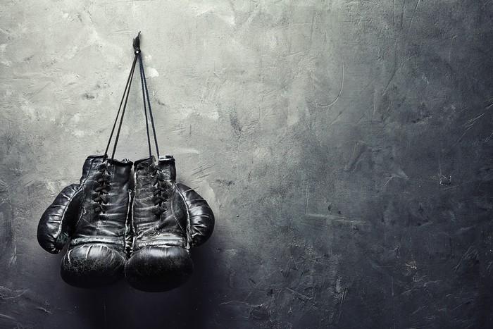 Vinylová Fototapeta Staré boxerské rukavice visí na hřebíku na zdi textury - Vinylová Fototapeta
