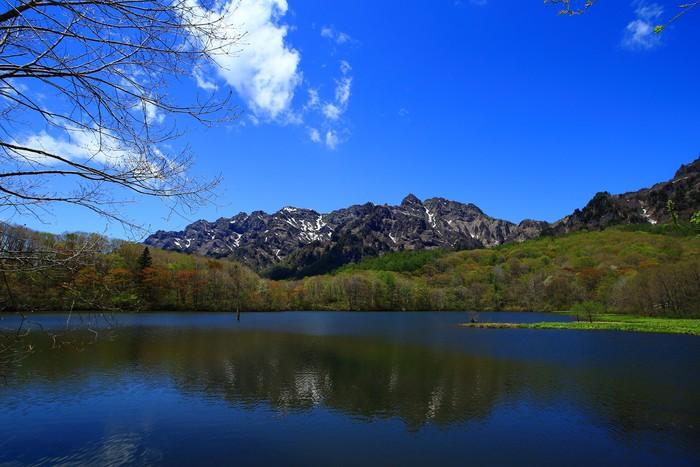 Vinylová Tapeta 山 を 映 す 穏 や か な 湖 - Voda