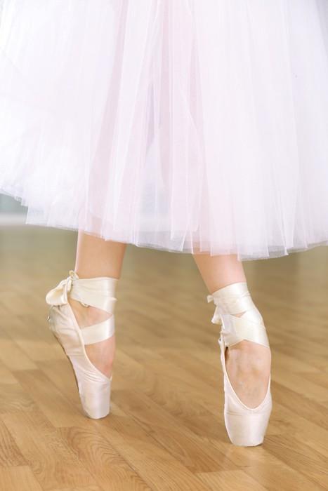 Vinylová fototapeta Ballerina nohy v pointes v taneční sál - Vinylová fototapeta