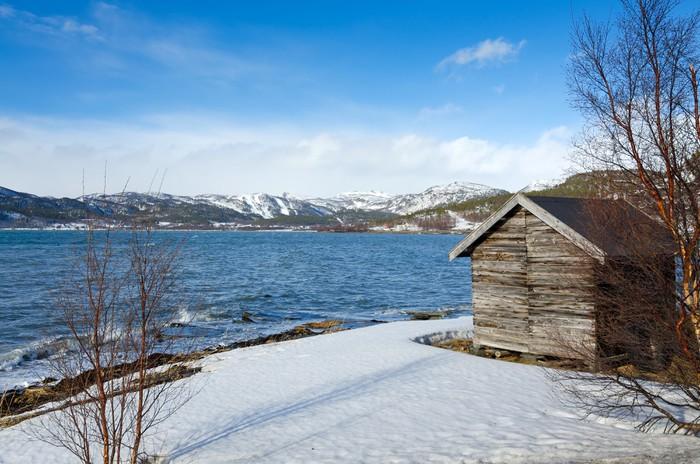 Vinylová Tapeta Tradiční dřevěná chata na norském pobřeží moře - Evropa