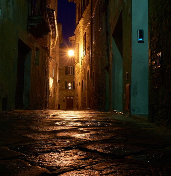 Vinylová Tapeta Osvětlené ulice Pienza po dešti v noci, Itálie - Evropa