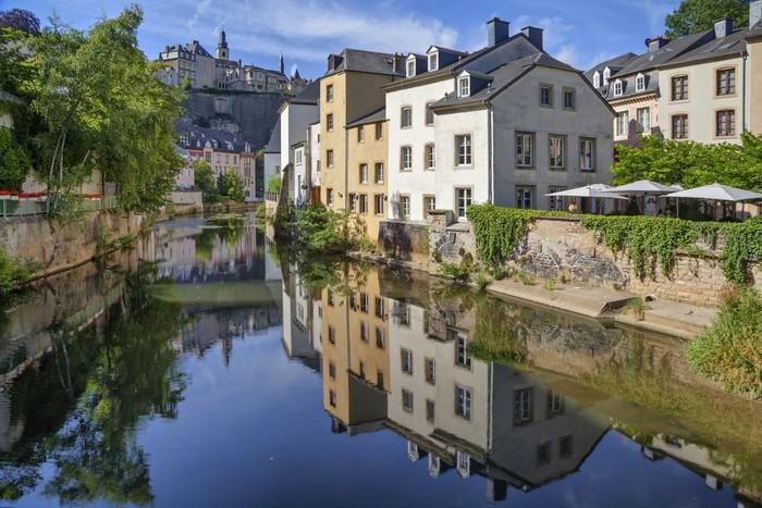 Vinylová Tapeta Staré domy odrážející řeku Alzette - Evropa