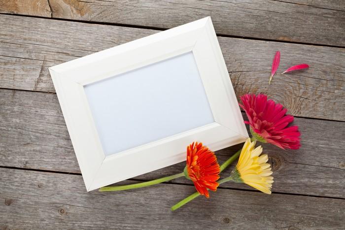 Vinylová fototapeta Tři barevné gerbery květiny a fotorámeček - Vinylová fototapeta