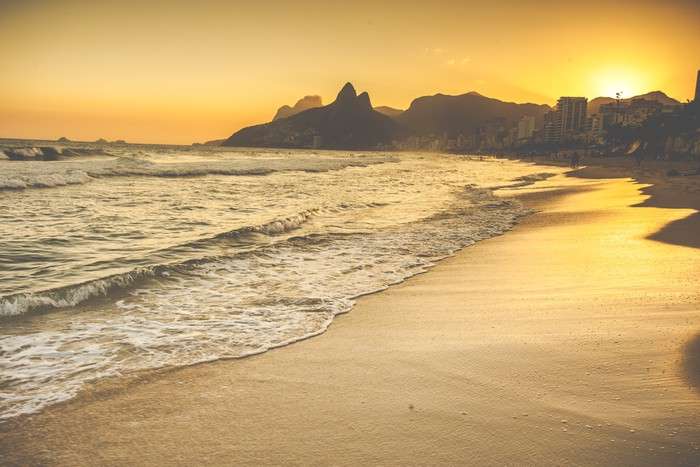 fototapete warm sonnenuntergang auf ipanema strand mit. Black Bedroom Furniture Sets. Home Design Ideas