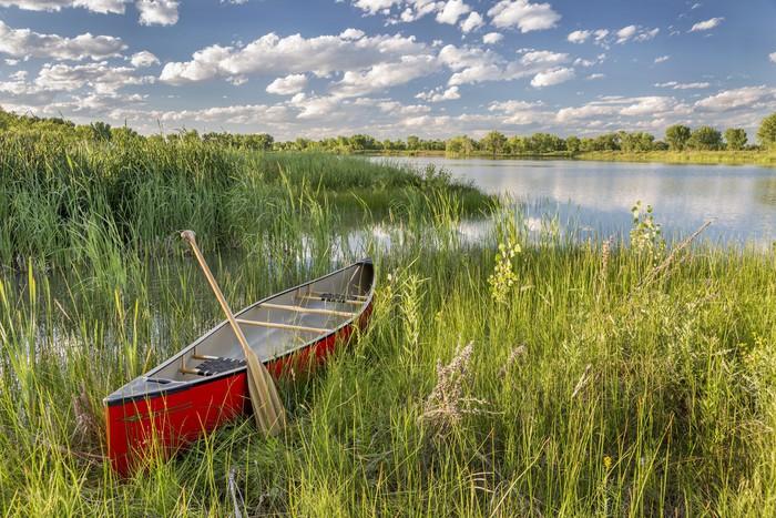 Vinylová Tapeta Red kanoe na břehu jezera - Sportovní potřeby
