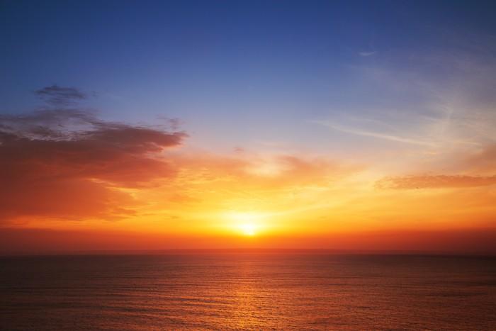 Vinylová Tapeta Krásná scéna s oblaky nad mořem, západ slunce záběr - Témata