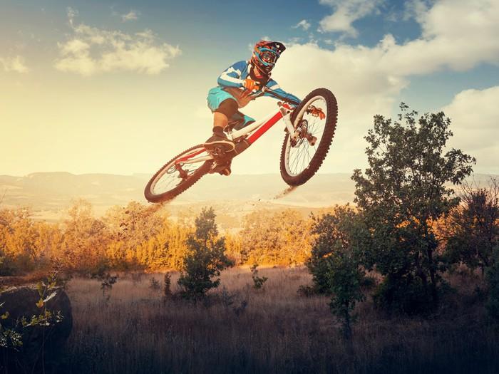 fototapete der mensch hochsprung auf dem mountainbike