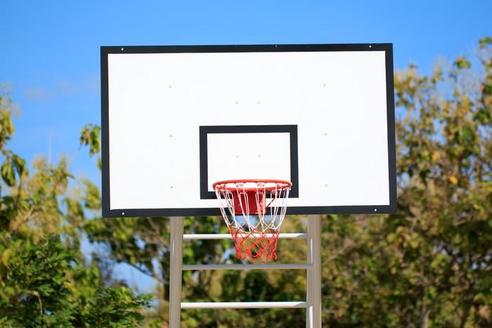Vinylová Tapeta Basketbalový koš stojí na hřišti v parku - Život