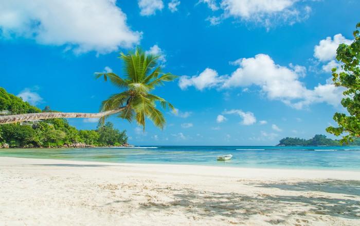 Vinylová Tapeta Tropická pláž Baie Lazare s lodí, ostrov Mahe, Seychelles - Prázdniny