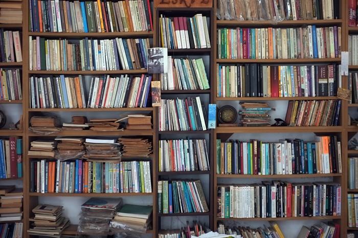 Fotobehang Oude boekenkast • Pixers® - We leven om te veranderen