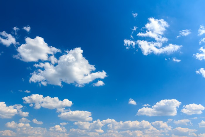 Vinylová Tapeta Oblaky pozadí za slunečného modrou oblohu - Nebe