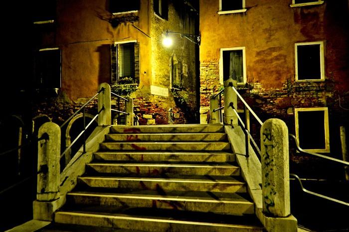 Vinylová fototapeta Alley v noci se schodištěm na Canal most v Benátkách - Vinylová fototapeta