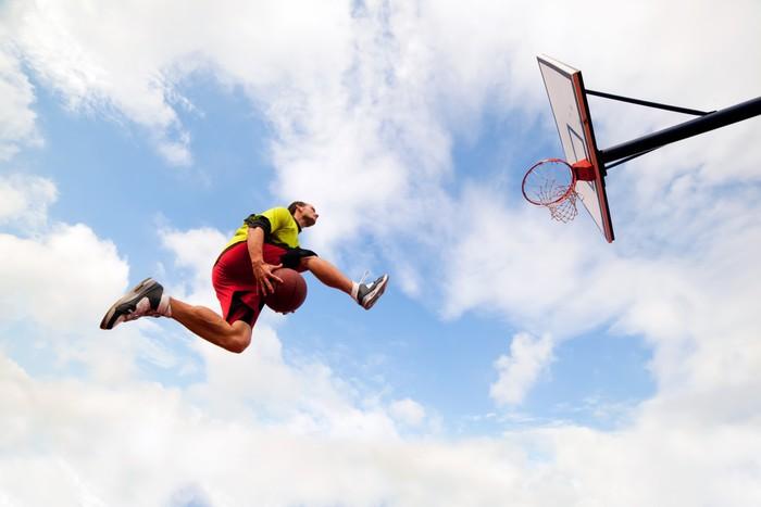 Vinylová Tapeta Mladý muž dělat Slam Dunk hrát Streetball basketbal - Basketbal