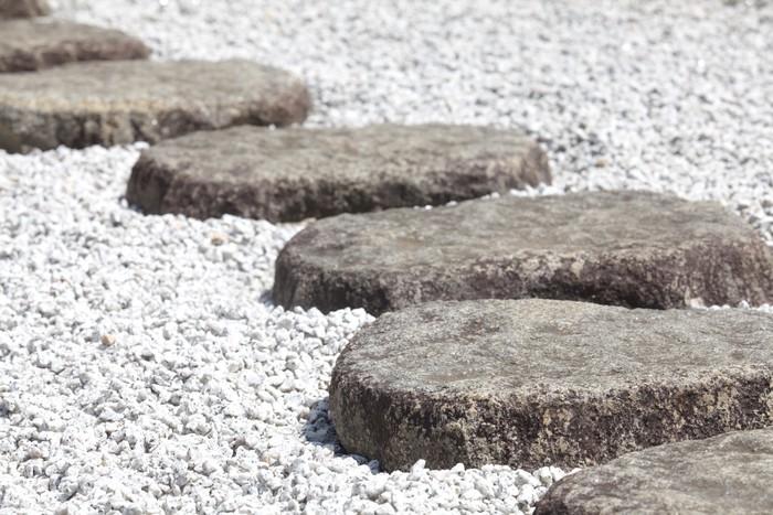 papier peint chemin de pierre zen dans un jardin japonais pixers nous vivons pour changer. Black Bedroom Furniture Sets. Home Design Ideas