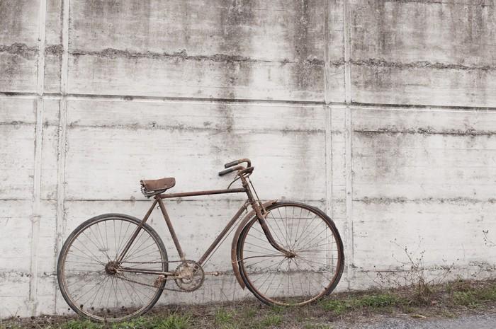 Vinylová Tapeta Starožitný nebo retro oxiduje na kole venku na betonové zdi - Na cestě