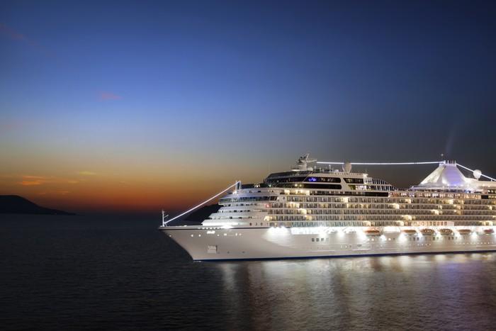 Vinylová Tapeta Luxusní výletní lodi plující do přístavu na východ slunce - Prázdniny